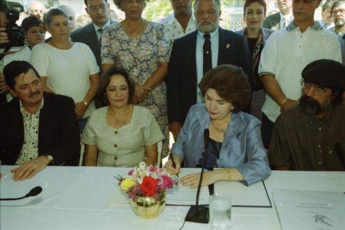 Foto firma de la Ley de comunidades especiales